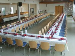 eingedeckter Gemeindesaal