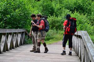 Wanderer an der Upferdbrücke am Eifelsteig