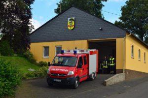 Das Feuerwehrhaus mit dem Fahrzeug