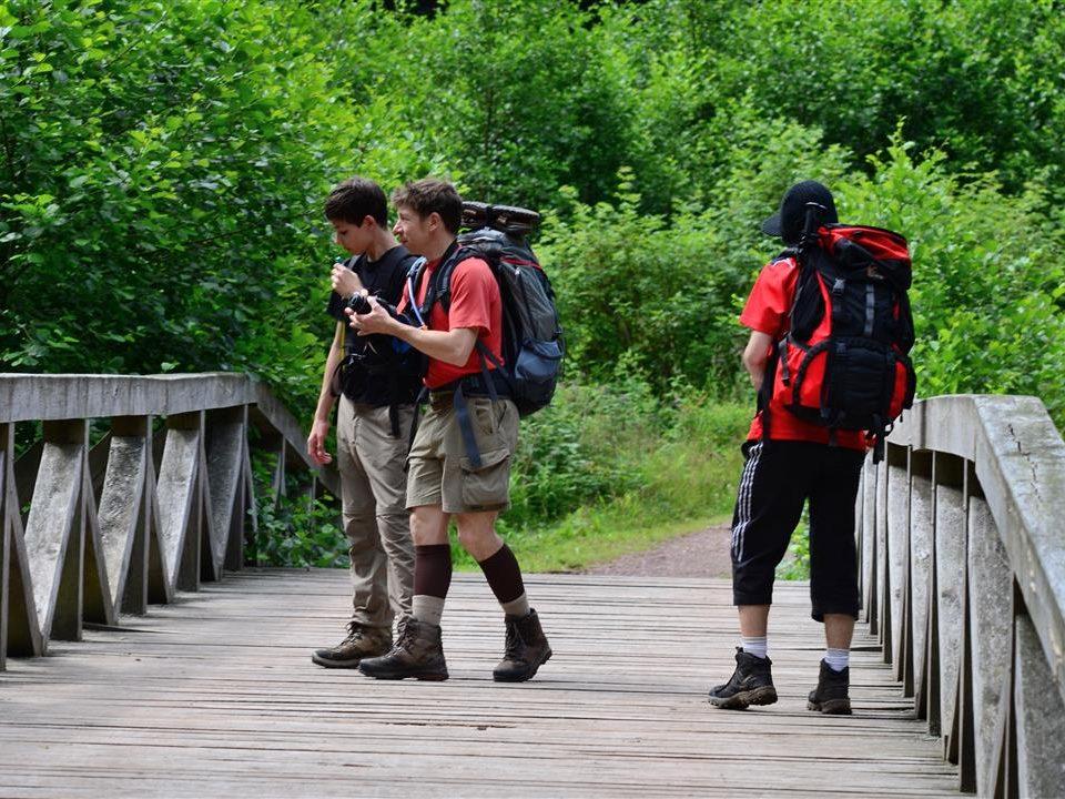 Wanderer an der Urpferdbrücke