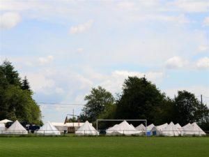 Ein Zeltlager am Sportplatz in Eckfeld