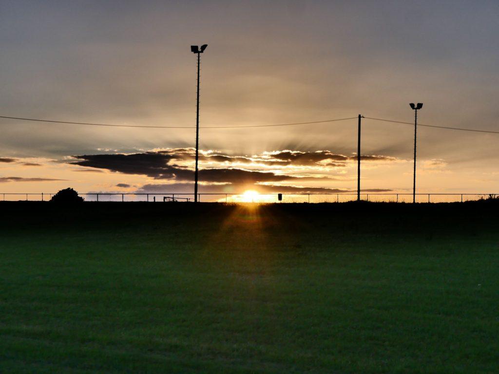 Sonnenuntergang über dem Sportplatz